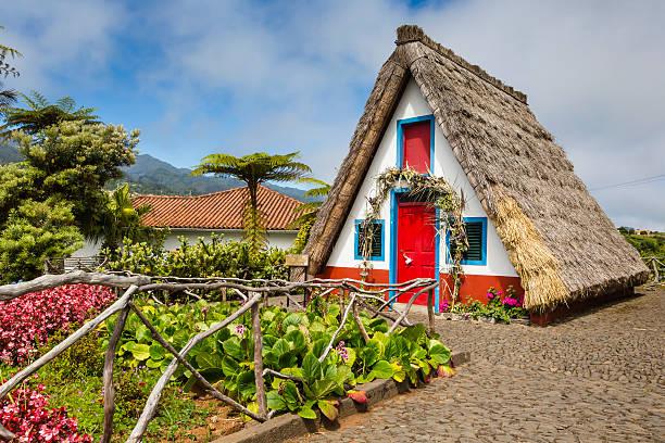 tradicional casa rural santana da madeira, portugal. - funchal madeira imagens e fotografias de stock