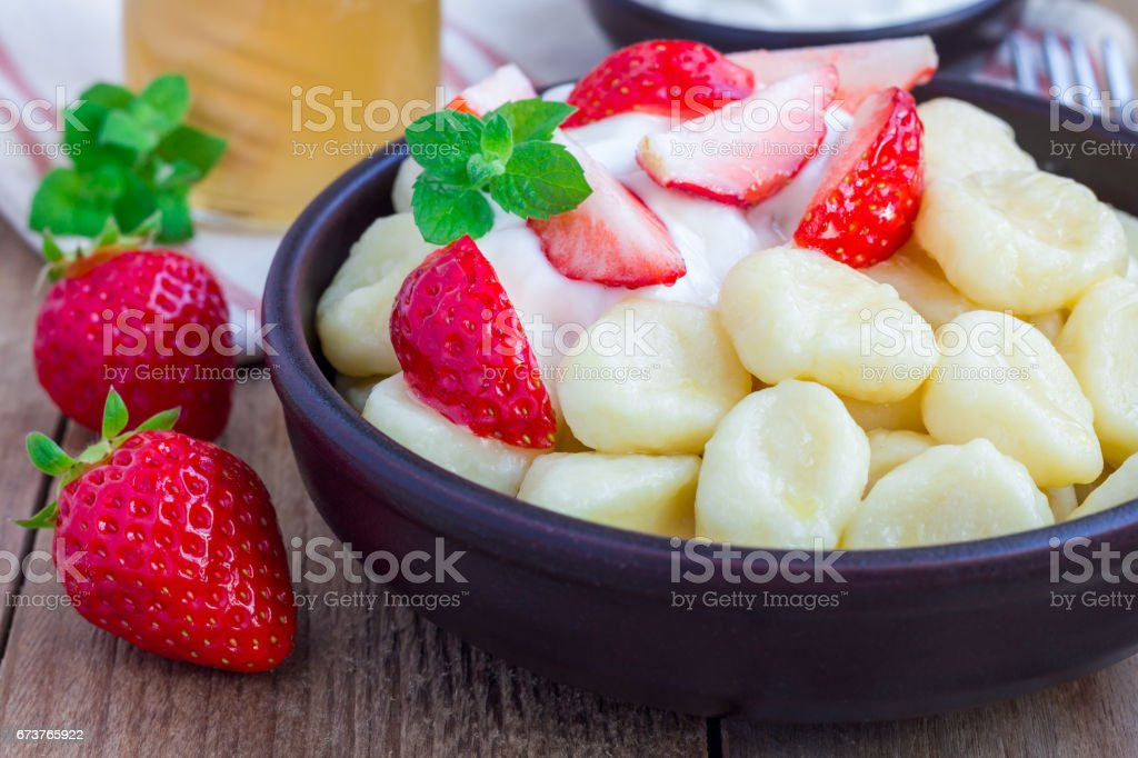 Traditional russian, ukrainian cottage cheese 'lazy' dumplings served with yogurt, honey and strawberry, horizontal photo libre de droits