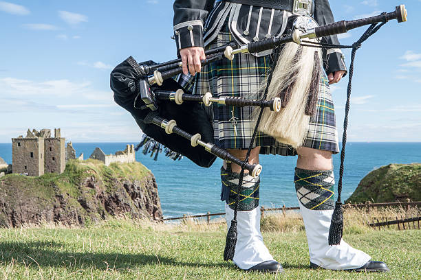 Traditionelle schottische bagpiper im Schloss Dunnottar – Foto