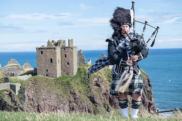 traditionelle schottische bagpiper im schloss dunnottar - schottische kultur stock-fotos und bilder