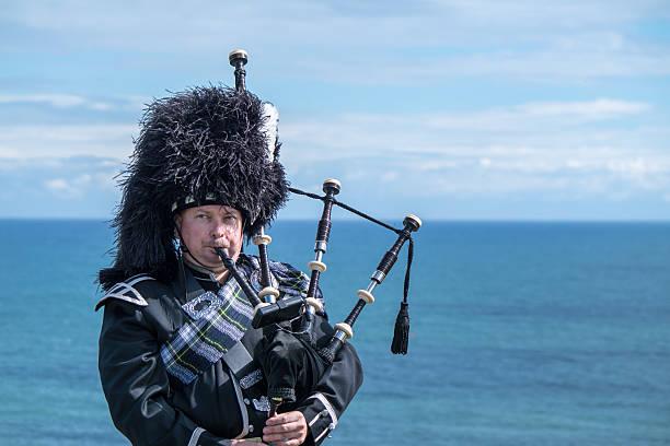 Traditionelle schottische bagpiper auf das Meer – Foto