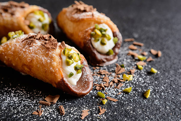 traditional sicilian cannoli stuffed with ricotta and pistachios - 義大利鄉村軟芝士 個照片及圖片檔