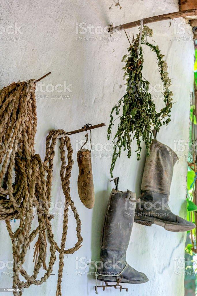 Les objets traditionnels slovaques exposées sur un porche maison - Photo