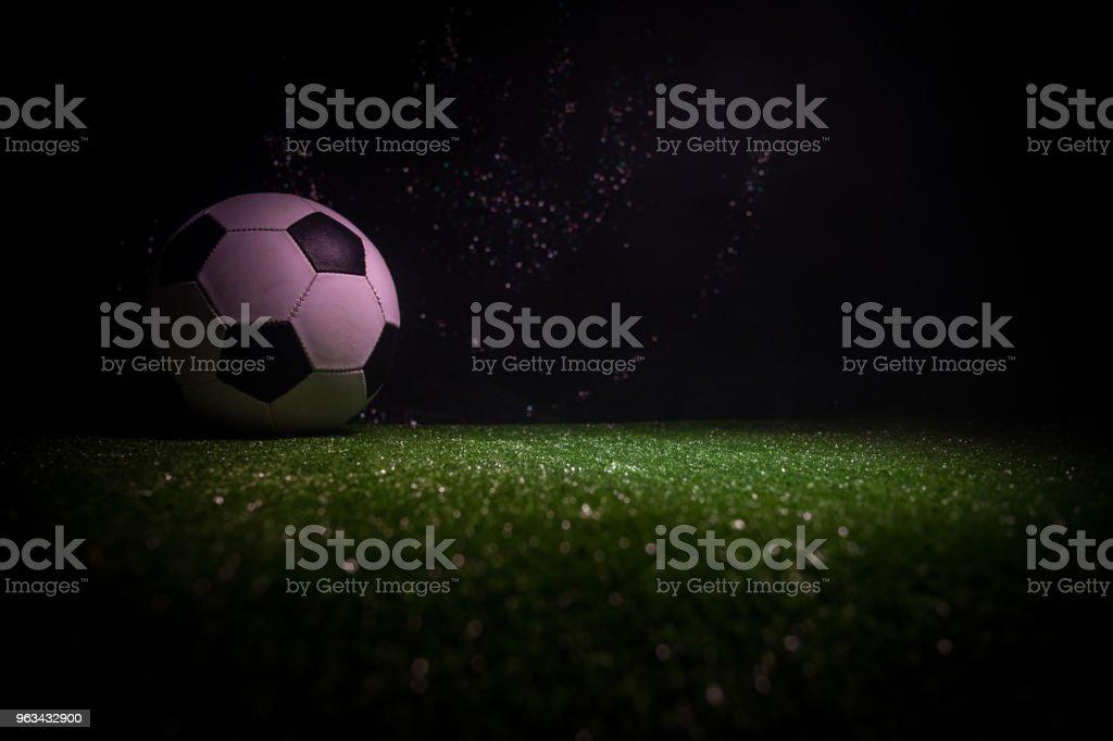 Ballon de soccer traditionnel sur terrain de football. Bouchent la vue du ballon de soccer (football) sur l'herbe verte foncé fond brumeux tonique. - Photo de Activité libre de droits