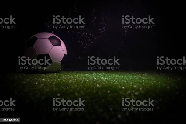 Tradycyjna Piłka Nożna Na Boisku Piłkarskim Zbliżenie Piłki Nożnej Na Zielonej Trawie Z Ciemnym Stonowanych Mgliste Tło - zdjęcia stockowe i więcej obrazów Czynność