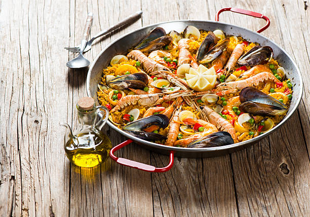 traditional spanish food paella - paella stockfoto's en -beelden