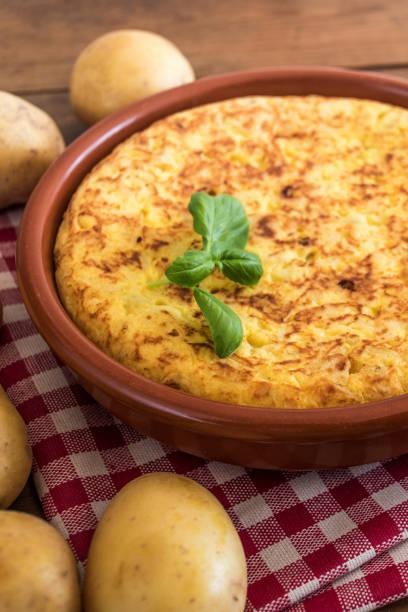 """traditionelles spanisches omelett nah oben, ansicht von oben. spanische tortilla auf einem rustikalen holz textur mit einem platz für text """"n - ein topf wunder stock-fotos und bilder"""