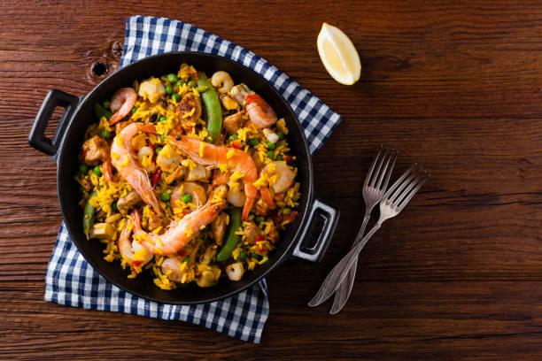 traditionele spaanse paella met zeevruchten en kip. - paella stockfoto's en -beelden