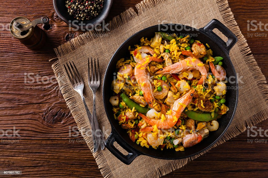 Traditional Spanish paella with seafood and chicken. - foto de stock