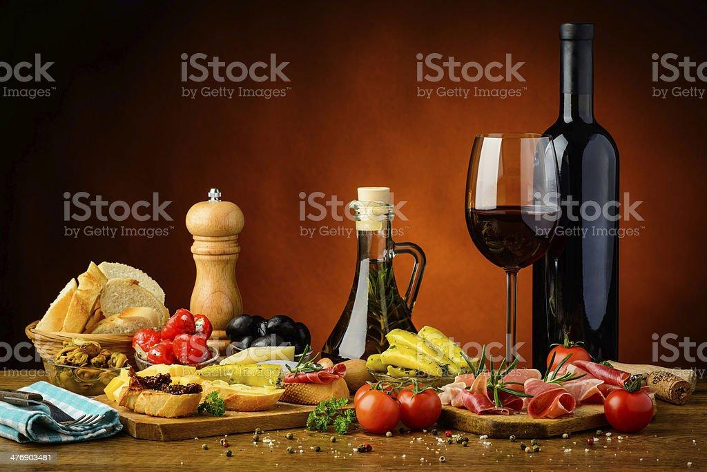 Traditionelle spanische tapas und Rotwein – Foto