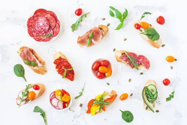 traditionelle spanische tapas auf weißen tisch. flach legen, top aussicht - salami vorspeise stock-fotos und bilder