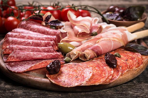 traditionelle spanische tapas oder italienischen antipasti - pökeln stock-fotos und bilder
