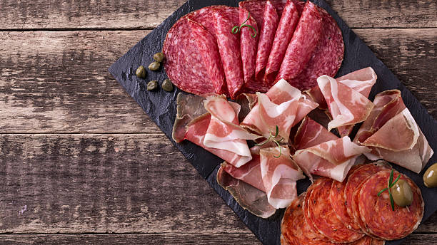 traditionelle spanische tapas oder italienischen antipasti - salami vorspeise stock-fotos und bilder