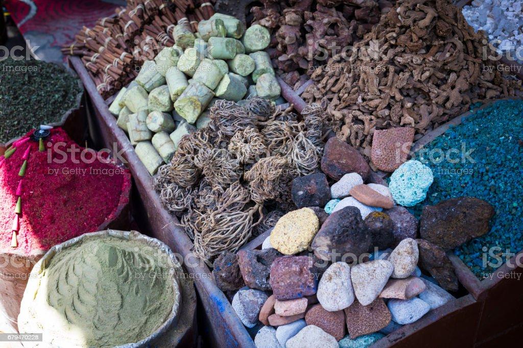 傳統香料集市與藥草和香料在阿斯旺,埃及。 免版稅 stock photo