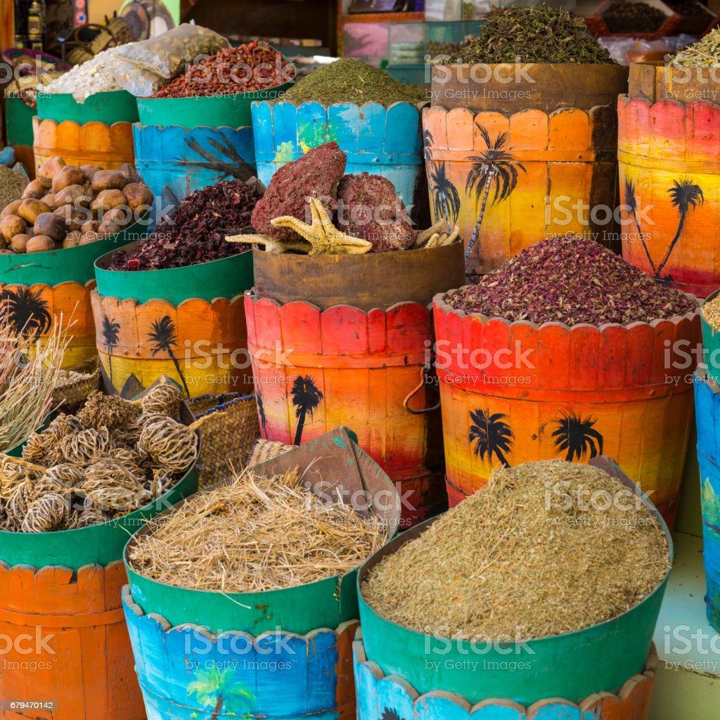 傳統香料市場與草藥和香料在阿斯旺, 埃及。 免版稅 stock photo