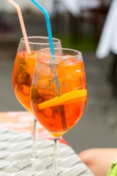 traditioneller spritz-aperitif in einer bar in italien - hotel mailand stock-fotos und bilder