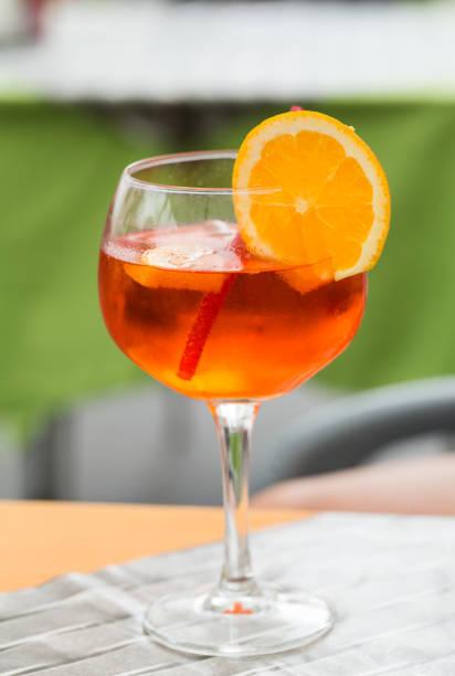 traditionelle spritz aperitif in der bar in italien - hotel mailand stock-fotos und bilder