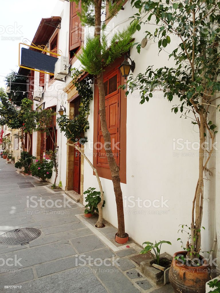 traditional street among bougainvillaea in rethymno city Greece photo libre de droits