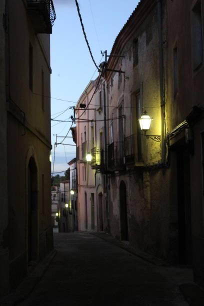 Calle tradicional al atardecer en la parte antigua de Nulles, España - foto de stock