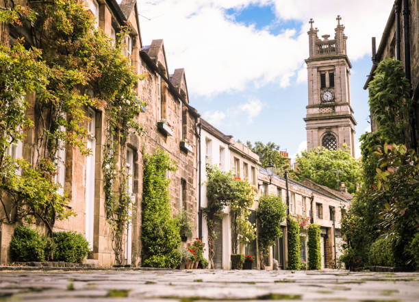 Traditional street in Stockbridge, Edinburgh Circus Lane in Edinburgh's Stockbridge district, a quiet and historic residential cobbled street. edinburgh scotland stock pictures, royalty-free photos & images