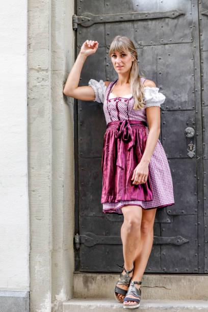 tracht-streetstyle bin nebeneingang zum regensburger dom - moderne dirndl stock-fotos und bilder