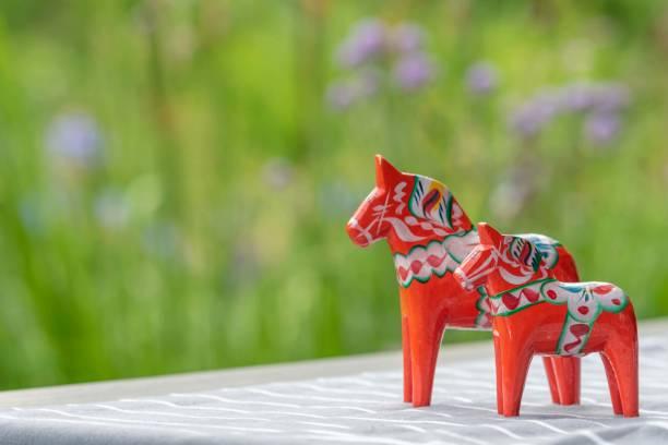 traditioneller schwedischer hintergrund mit pferden - dalarna pferd stock-fotos und bilder