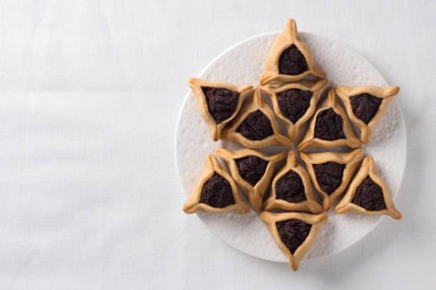 Traditionelle Süßigkeiten für jüdische Feiertag von Purim. Hamantaschen Cookies oder Aman Ohren, dreieckigen Cookies mit Mohn – Foto