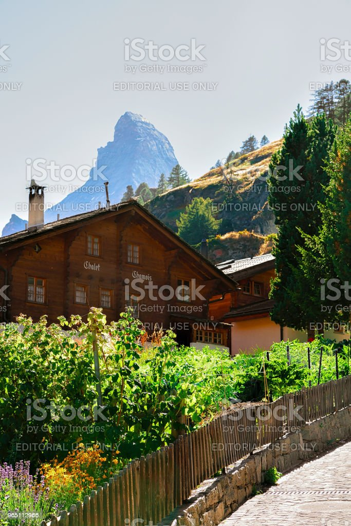Traditional Swiss Chalet at Zermatt and Matterhorn summit CH zbiór zdjęć royalty-free