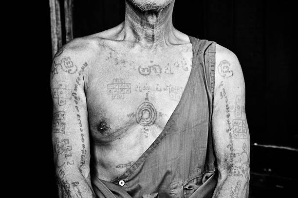 traditionelle tattooed oberkörper der einen burmesischen mönch in mandalay, myanmar - alte tattoos stock-fotos und bilder