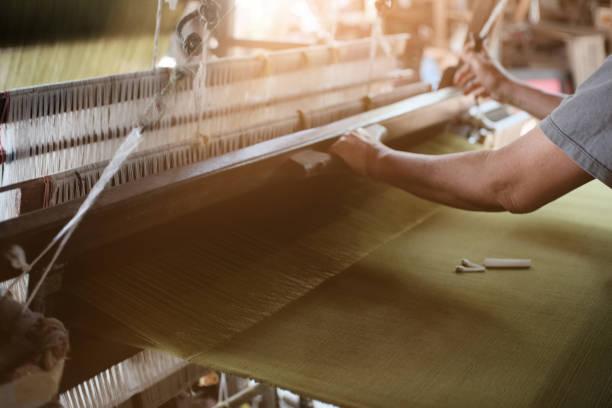 traditionele textiel vervaardiging weaving draad voor de textielindustrie. - hand constructing industry stockfoto's en -beelden