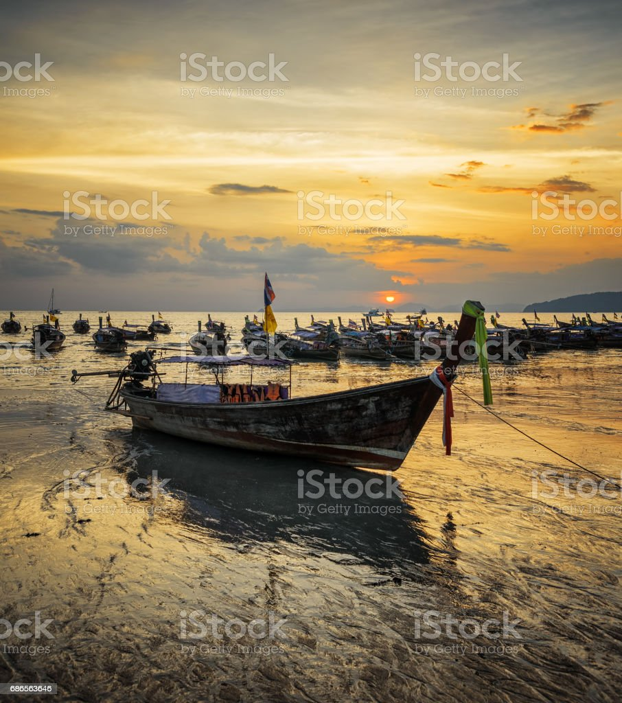 Traditional thai boats at sunset beach. Ao Nang, Krabi province foto stock royalty-free
