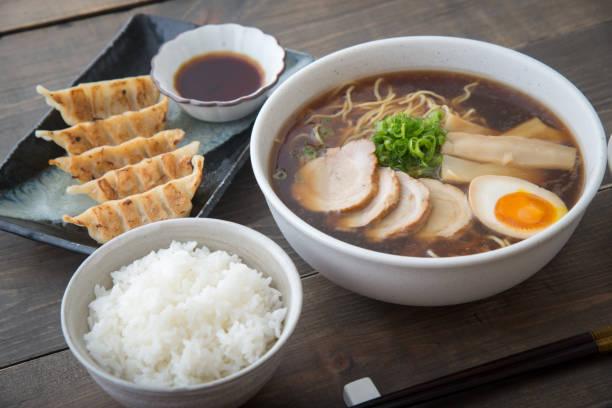 団子と伝統的な東京ラーメン - ラーメン ストックフォトと画像