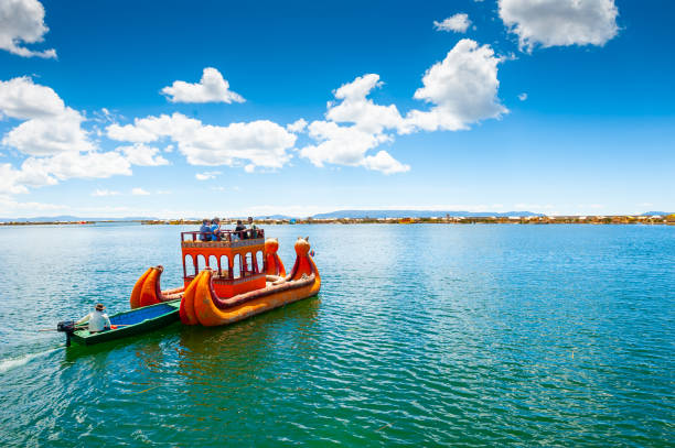 チチカカ湖の伝統的なトトラボート - プノ ストックフォトと画像
