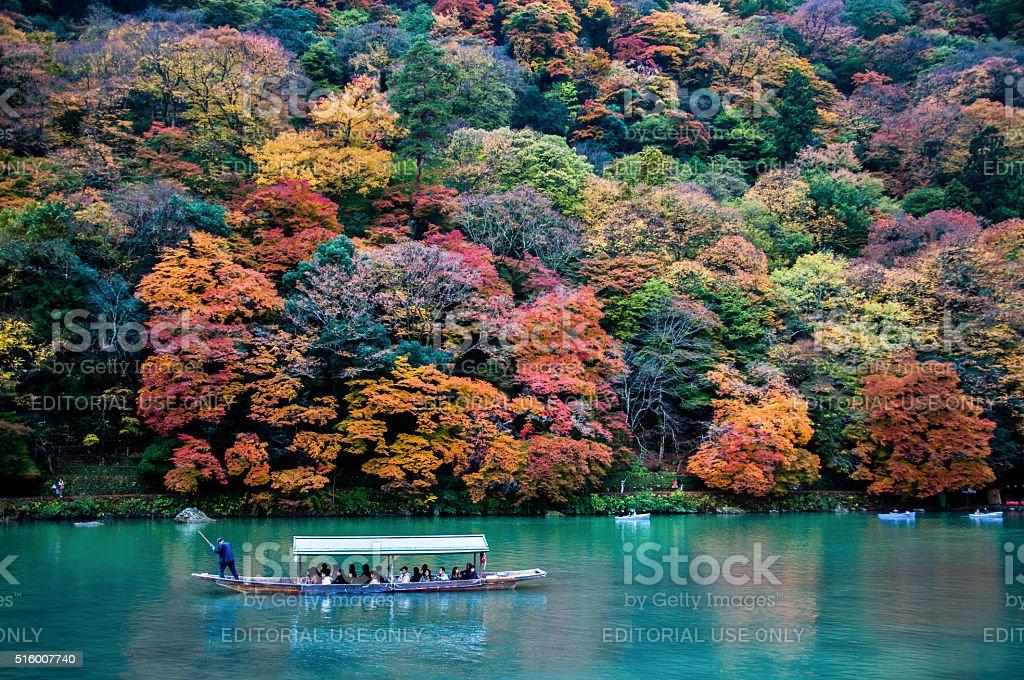 Tradizionale barca turistica passare sul fiume Colore smeraldo Katsura - foto stock