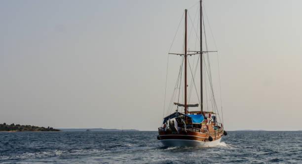 traditionele turkse boot of gulet zeilen uitzicht vanaf de achterzijde in de egeïsche zee, cesme, izmir, turkije - rondvaartboot stockfoto's en -beelden