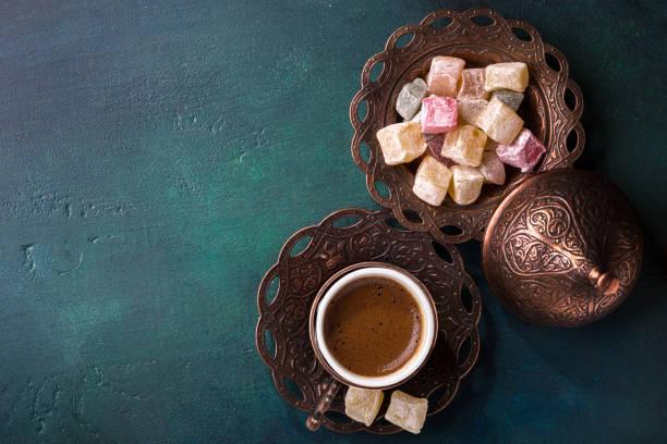 traditionellen türkischen kaffee und lokum auf hölzernen dunkelgrünen hintergrund. flache lay - couchtisch metall stock-fotos und bilder