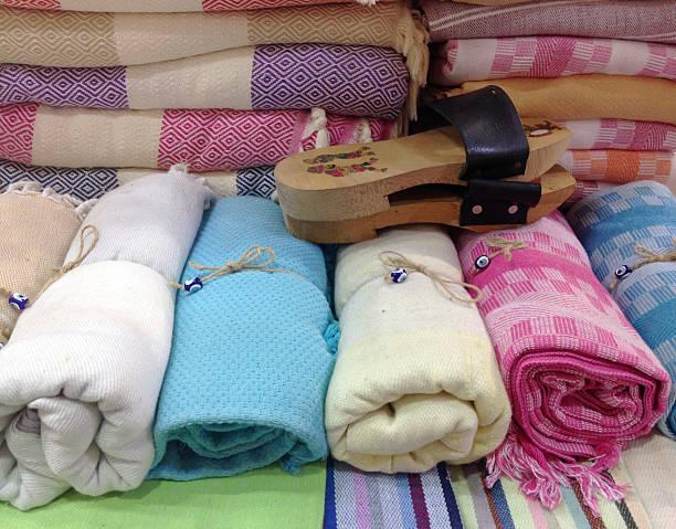 traditioneller türkischer baumwolle gerollten - sauna textilien stock-fotos und bilder
