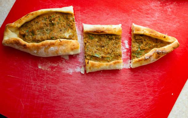 Traditionelle türkische Küche; Pide mit Hackfleisch – Foto