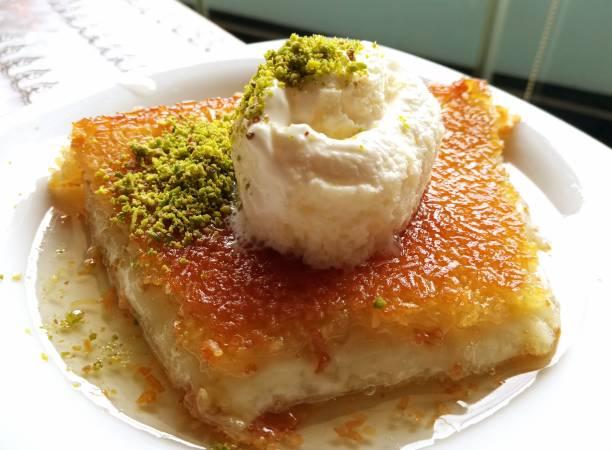 Traditionelles türkisches Dessert mit Milchcreme in istanbul – Foto