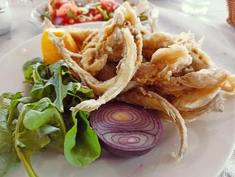 İstanbulda Geleneksel Türk Kızartılmış Balık Yemeği Stok Fotoğraflar & Akşam yemeği'nin Daha Fazla Resimleri