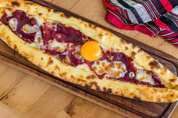 PIDE turca tradicional no restaurante de kebab na tabela de madeira. - foto de acervo