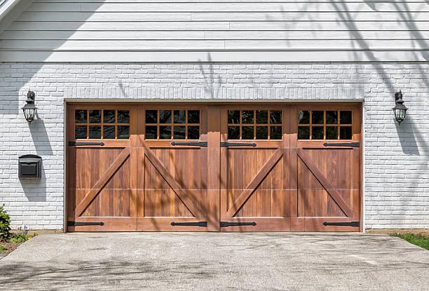 traditionelle two car garage - carport stock-fotos und bilder