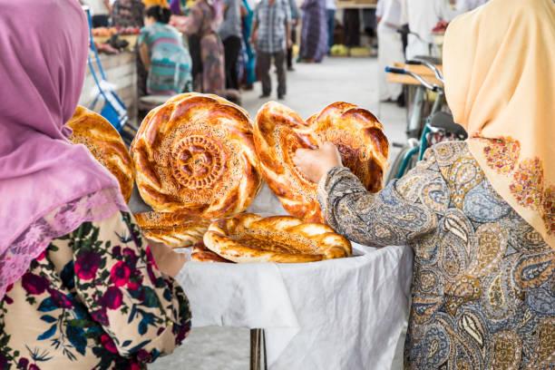 traditionele oezbekistan brood lavash op lokale bazaar, is een zacht plat-brood van midden-azië (oezbekistan). - oezbekistan stockfoto's en -beelden