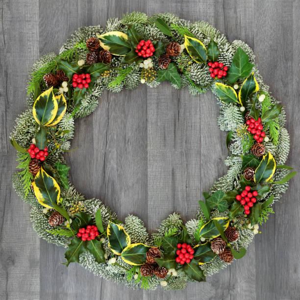 伝統的な冬とクリスマス リース - リース ストックフォトと画像
