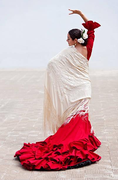 tradycyjne hiszpańskie flamenco tancerz kobieta w czerwonej sukience - tango taniec zdjęcia i obrazy z banku zdjęć