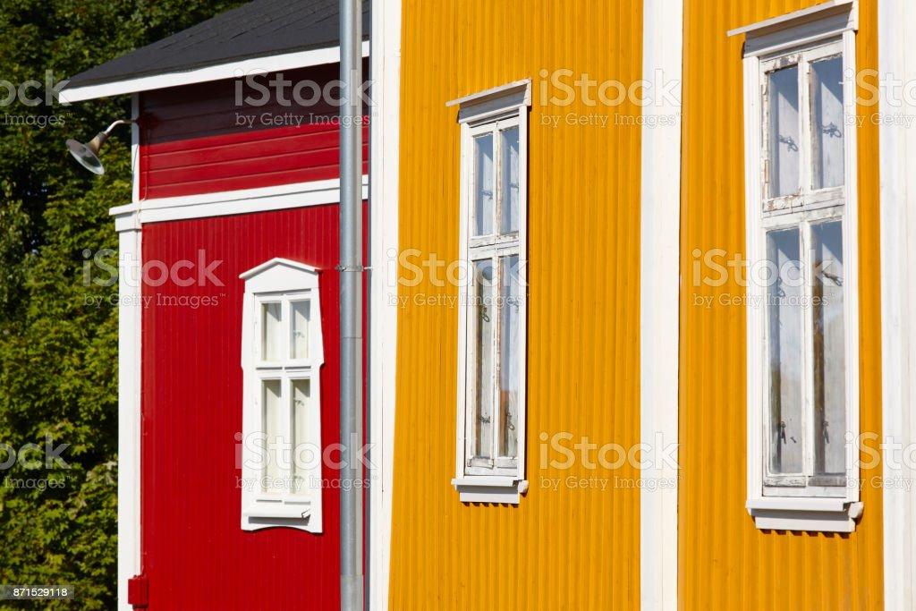 Traditionelle Holzhäuser Fassade in der Stadt Rauma. Finnland-Erbe. – Foto