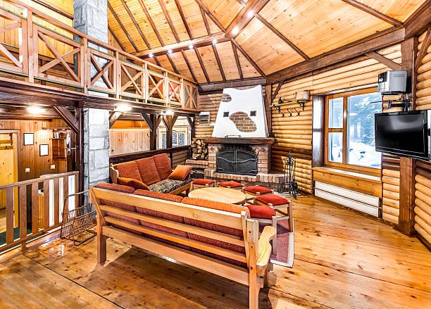 traditionelle holz-interieur mit tisch und spielpaarungen-mountain halle - hotel in den bergen stock-fotos und bilder