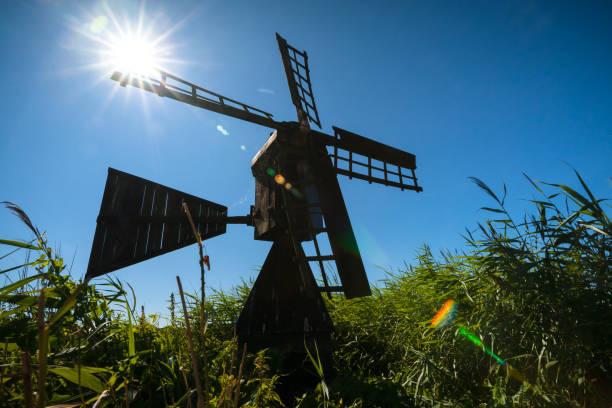 traditionele houten watermolen, voor de afwatering van polder landschappen in nederland. - beemster stockfoto's en -beelden