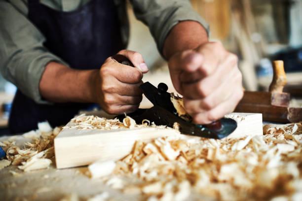 traditionellen holzverarbeitenden handwerk - schnitzmesser stock-fotos und bilder