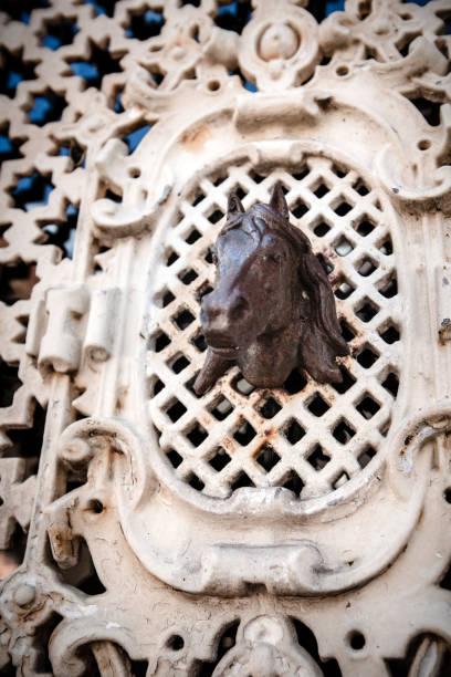 traditionele smeedijzeren kunstwerk in een deur met paard detail, gemaakt door een zwarte smith. details van een nederlandse stad met traditionele houten vintage vakwerkhuis, cuktural, vakmanschap, erfgoed - beemster stockfoto's en -beelden